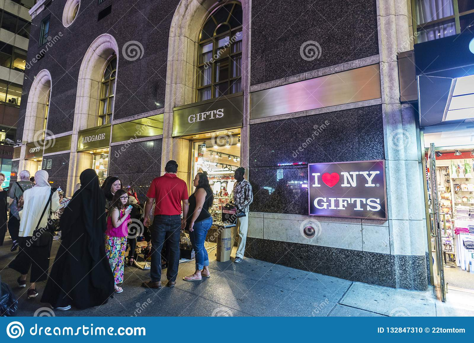 Gift And Luggage Store In New York City, USA Editorial ...